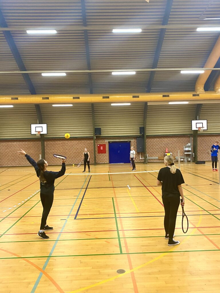 2b har stiftet bekendtskab med tennis til stor fornøjelse for elever og en tilfreds lærer.
